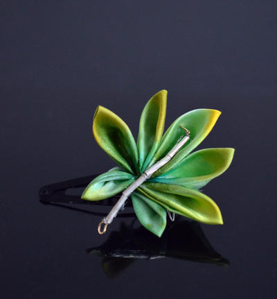 Grean Leaf Kanzashi: hand dyed silk. by hanatsukuri