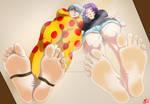 Azusa and Shirogane pressing their soles against!
