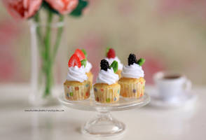 1:12 scale Berry Cupcakes by Almadejonge