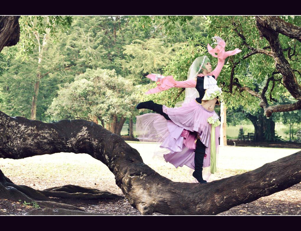 I dance alone by xmiriee