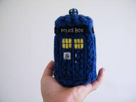 knitted tardis by noxzimbyp