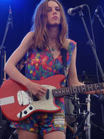 Ellie Rowsell (Wolf Alice) - Playing guitar by Dabadalia