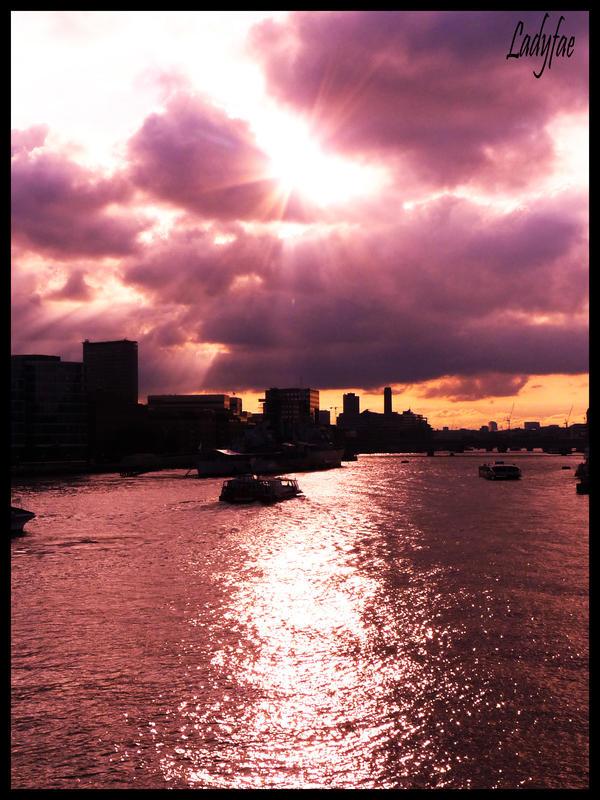 http://fc01.deviantart.net/fs23/i/2009/244/6/7/sunset___by_0Ladyfae0.jpg