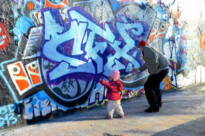 Street Art: daddy and doughter by Batsceba