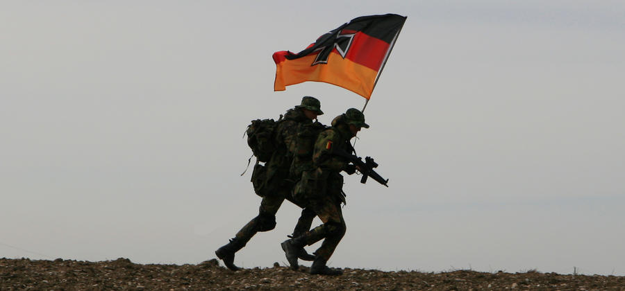 Němečtí vojáci s vlajkou