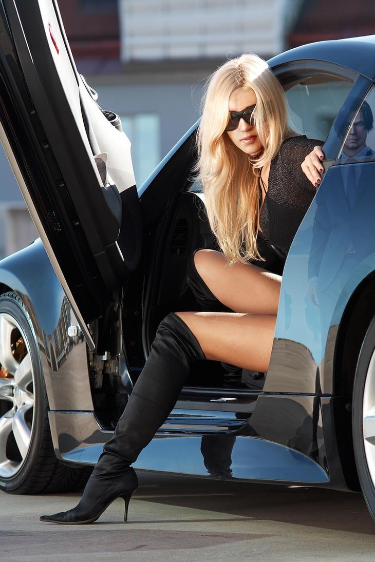 Фото красивых блондинок в машине 11 фотография