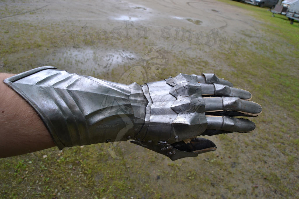 late 15th Century gauntlet by Skane-Smeden