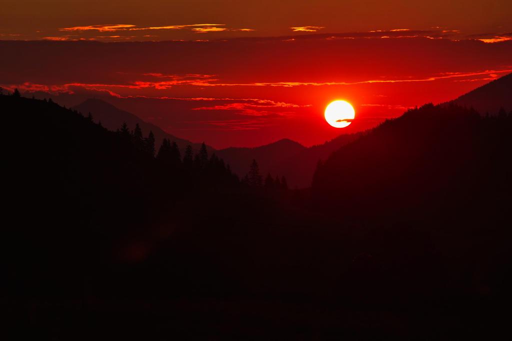 Mountains sunrise by nicubunu