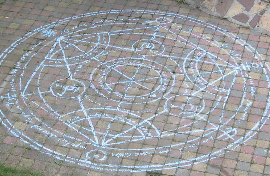 http://fc03.deviantart.net/fs70/i/2010/044/5/c/Transmutation_Circle_by_CelesteX95.jpg