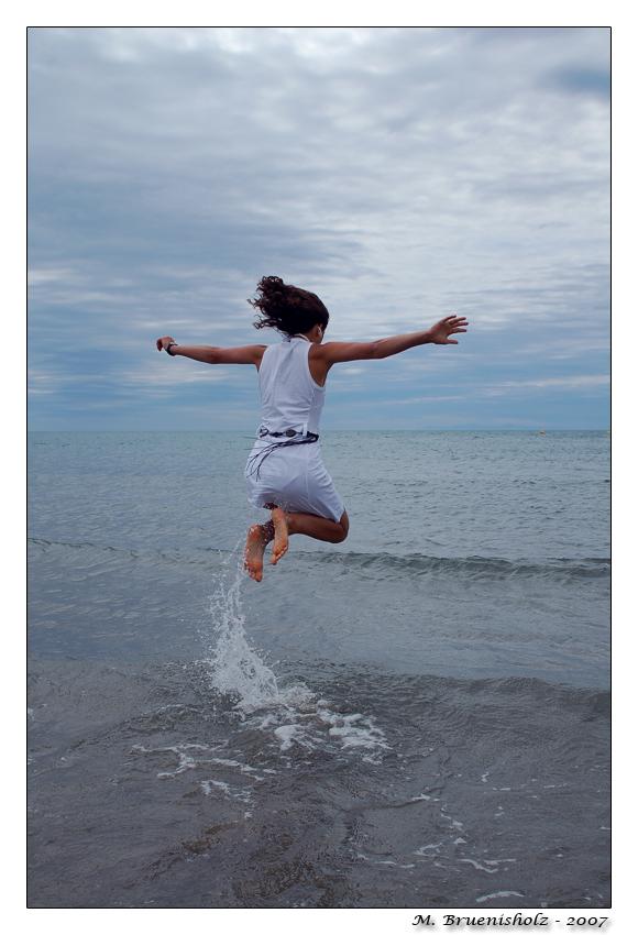 Flying away by brueni