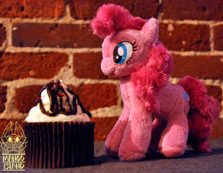 Pocket-size Pinkie Pie by MangoIsland