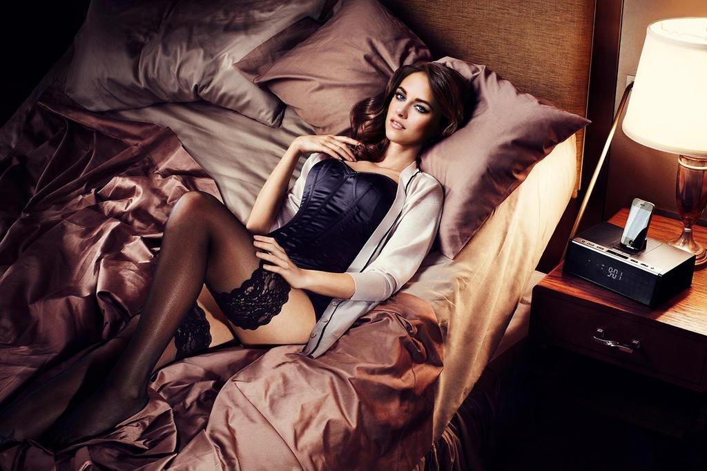 порно грудастая маруха на кровати трахается с молоденькой парочкой