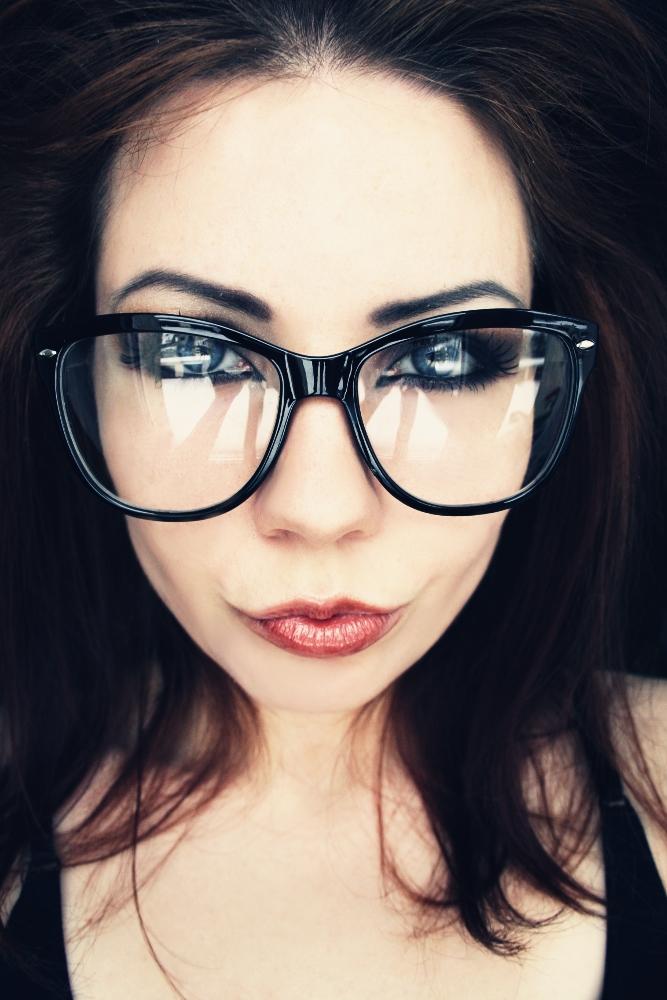 http://fc09.deviantart.net/fs70/f/2010/011/5/9/glasses__by_mrzn89.jpg
