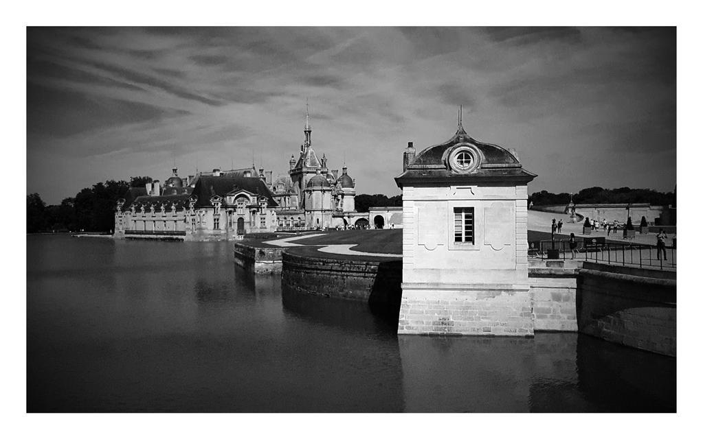 The Chteau de Chantilly  by bulgphoto