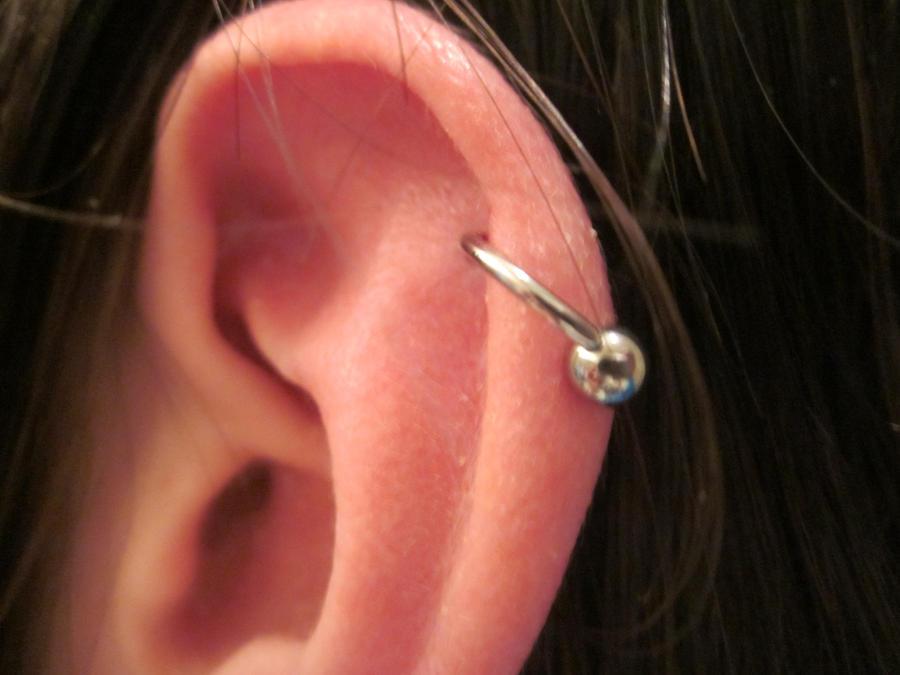 проколотое ухо в хряще фото