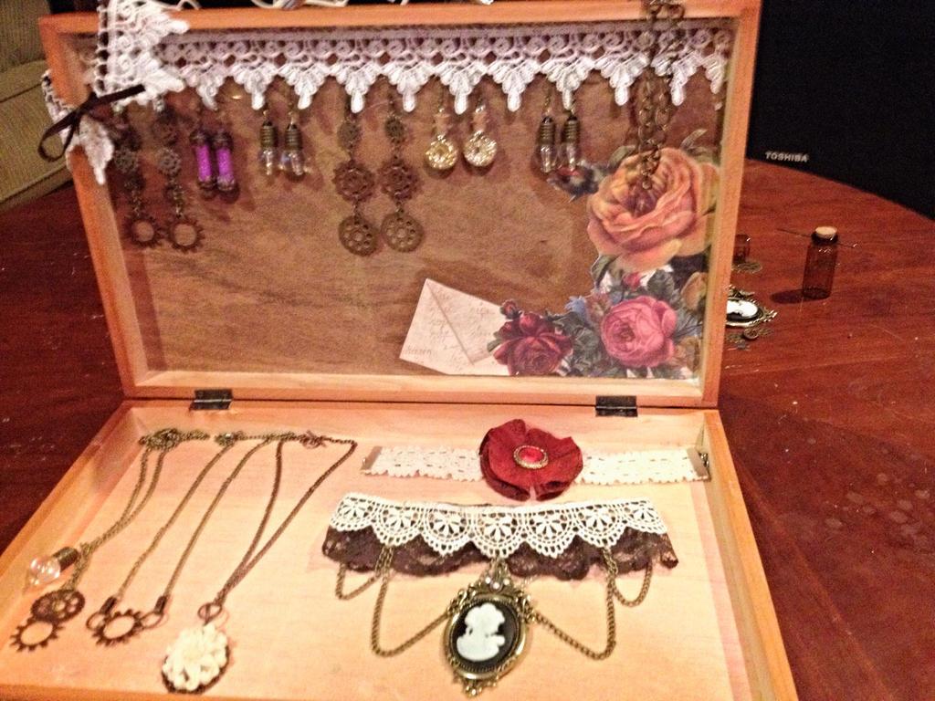 Jewelry Box by xXXxNightShadexXXx