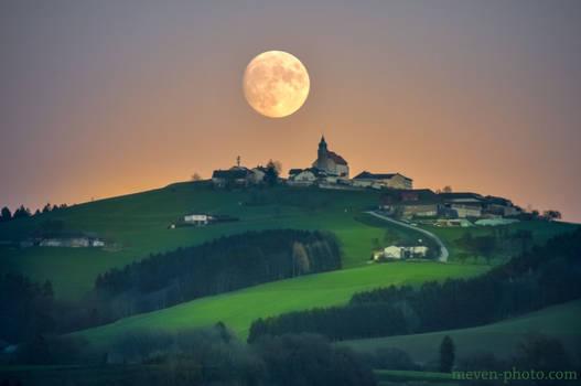 Full moon over Kollmitzberg