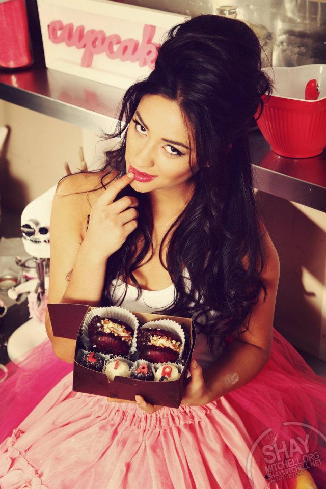 Фото девушек с десертом