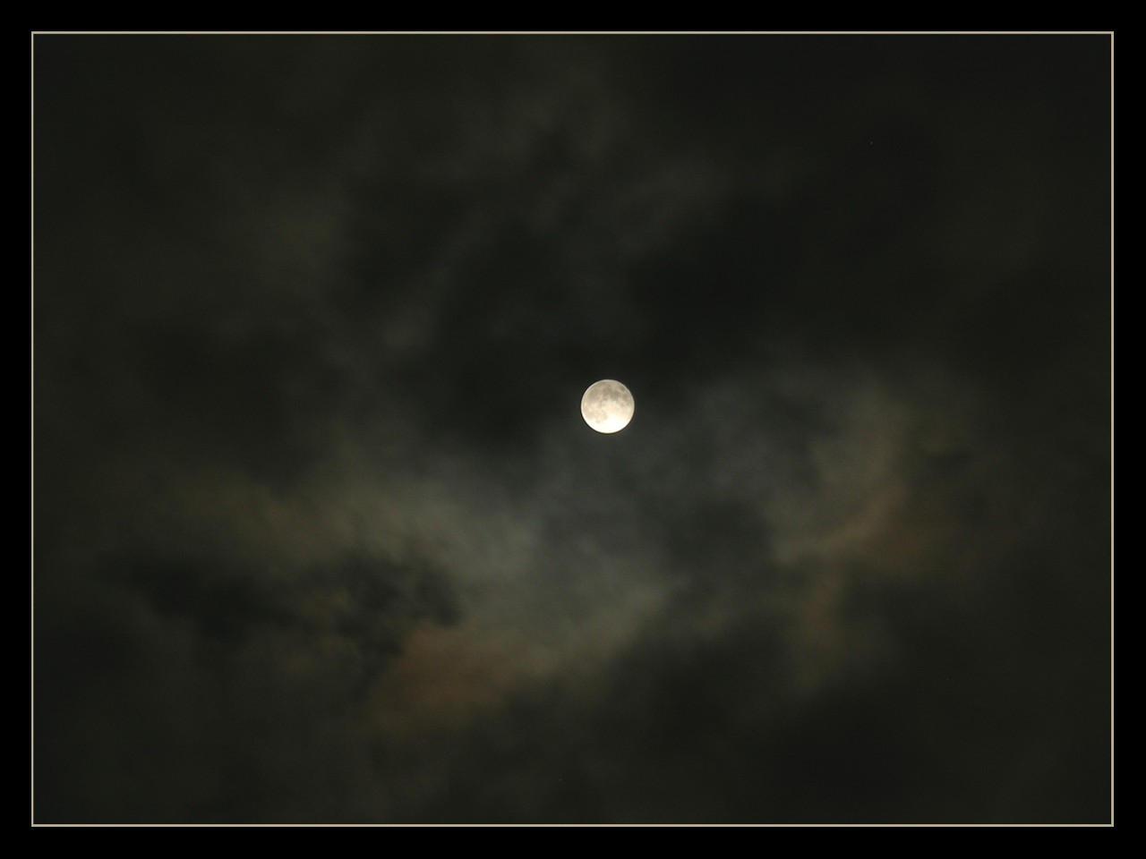 A Linlith Moon by taramara