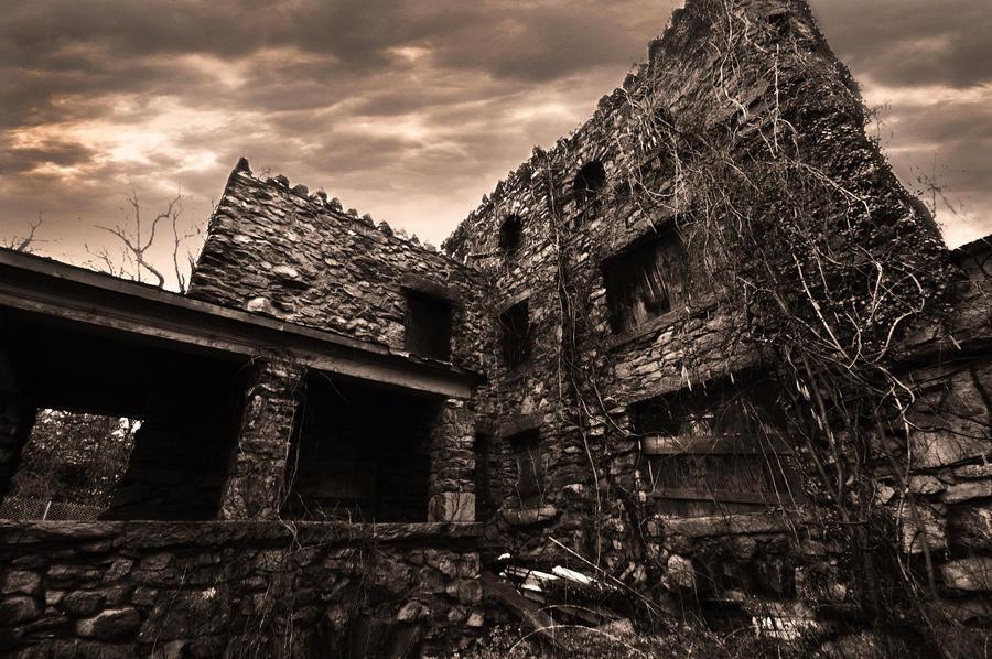 http://fc00.deviantart.net/fs71/i/2010/030/d/2/dark_castle_by_graff_eyesz.jpg