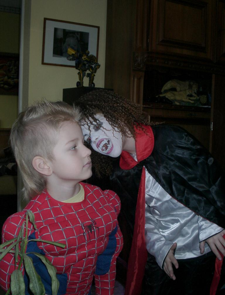 vampires biting people - photo #28
