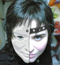 Oculta tras mascara