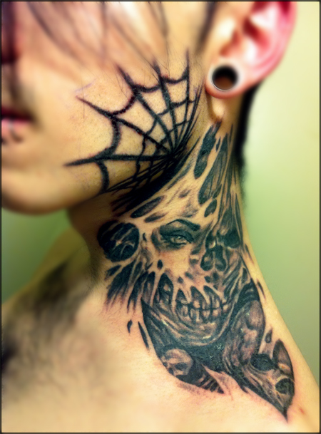 Spinnennetz tattoo hals