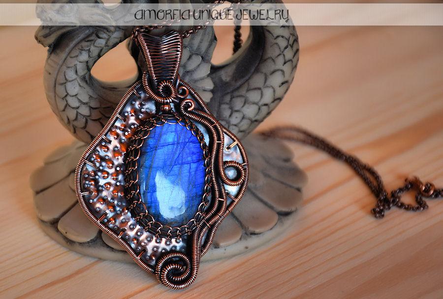 Blue labradorite pendant by amorfia