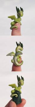Green 'Thumb' Dragon by KingMelissa