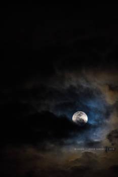 las nubes juegan con la luna