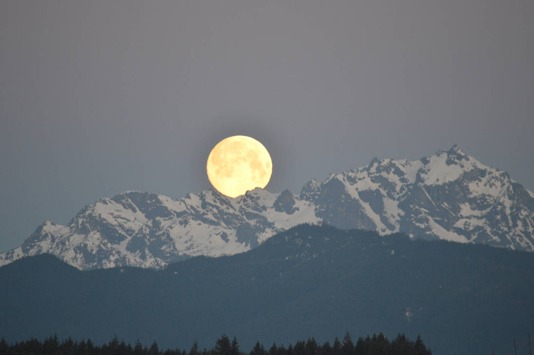 Olympic Mountains and Moonset 02 (3/20/19) by VoyagerHawk87