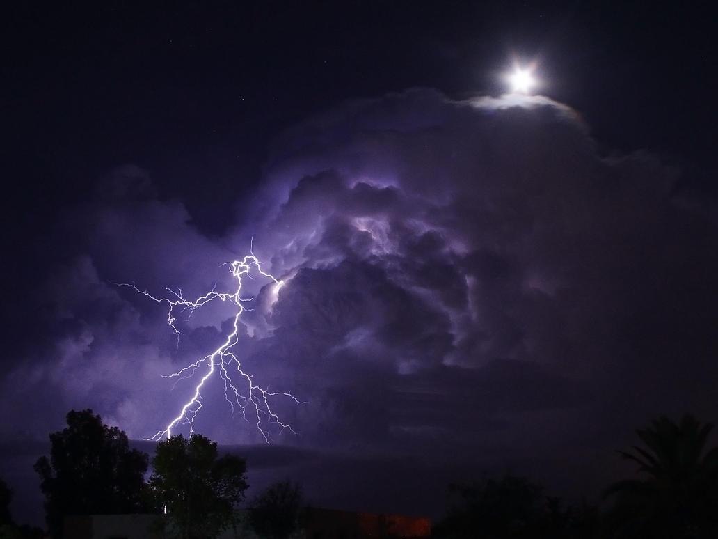 Lightning under the moonlight by jajuvera