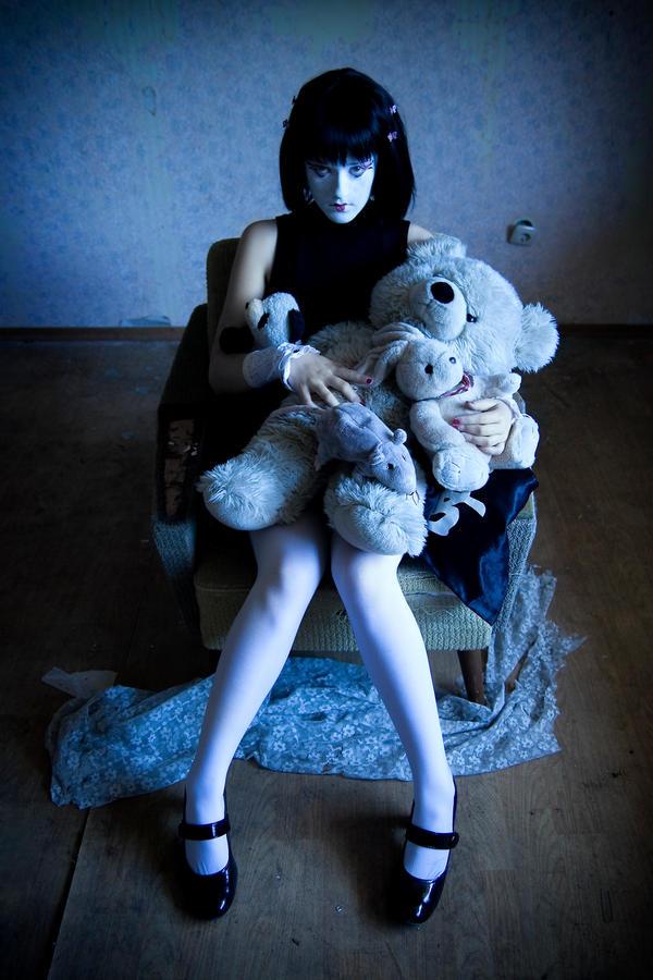 http://fc05.deviantart.net/fs26/i/2008/160/3/0/Creepy_Geisha_by_TomLooming.jpg