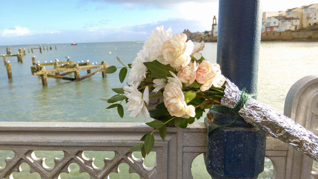 Memorial on Swanage Pier by Miltonholmes