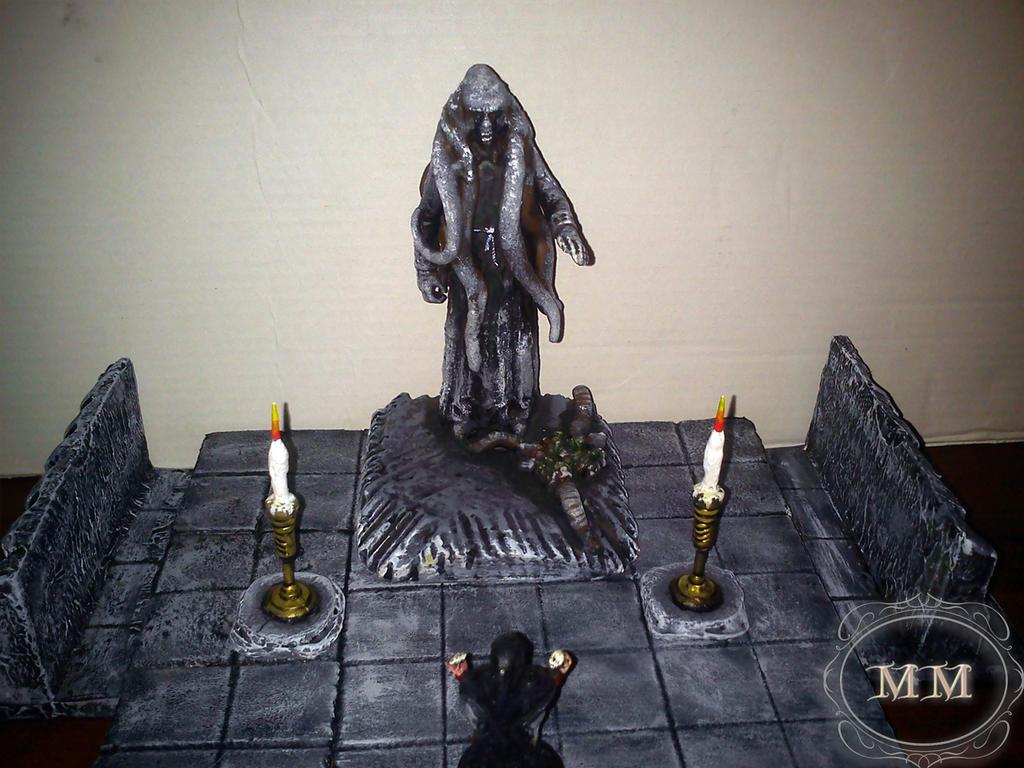Posąg pomiędzy świecami..