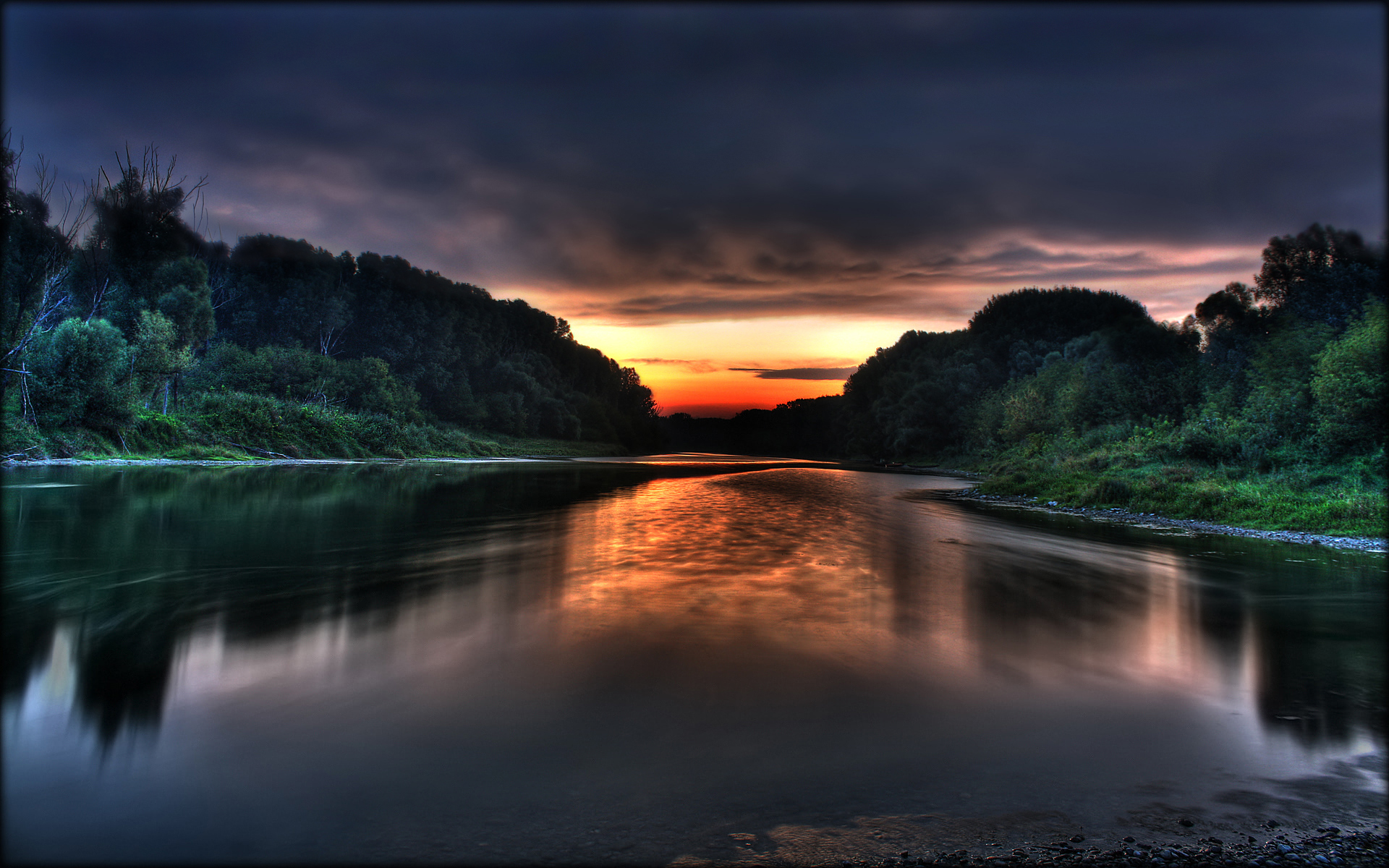 http://fc05.deviantart.net/fs41/f/2009/047/5/a/Donau_sunrise_2_HDR_by_tienod.jpg