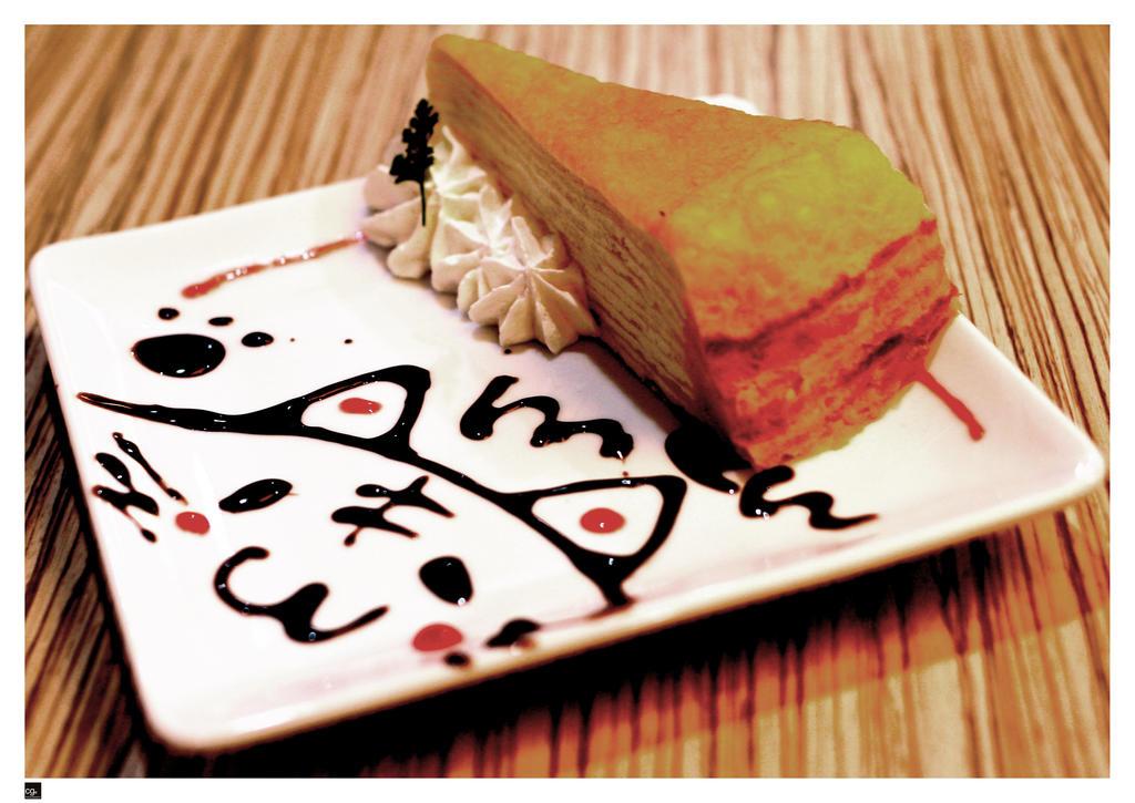 http://fc01.deviantart.net/fs71/i/2011/043/4/d/cat_cake_by_cloudsymph-d39cqqq.jpg