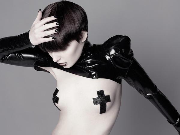 Vêtement latex de rêve Heart_of_black_by_catherineday-d3dphyu