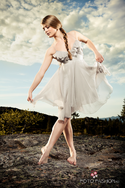 Balerina - Page 2 The_dancer_by_devsior