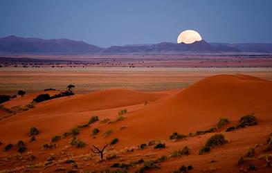 Moonrise over Dina