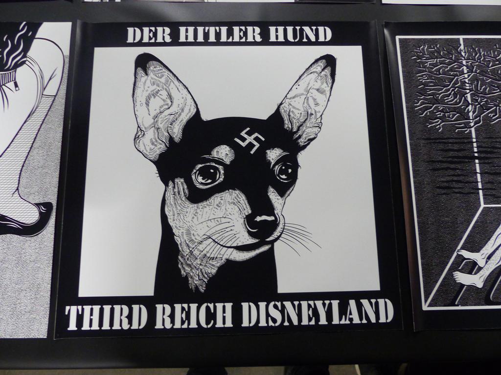 """Konec světa, atomová válka a apokalypsa byly často viděné komixové náměty po celém festivalu. Jednou z poněkud kontroverznějších výstav byl soubor pojmenován """"Postapokalyptické značky"""". Autor navrhl několik značek, které by mohly existovat v zvráceném světě budoucnosti, kdy zavládlo zlo a chaos. Jednou z nich byl Disneyland třetí říše a atrakce """" Der Hitler Hund """"."""