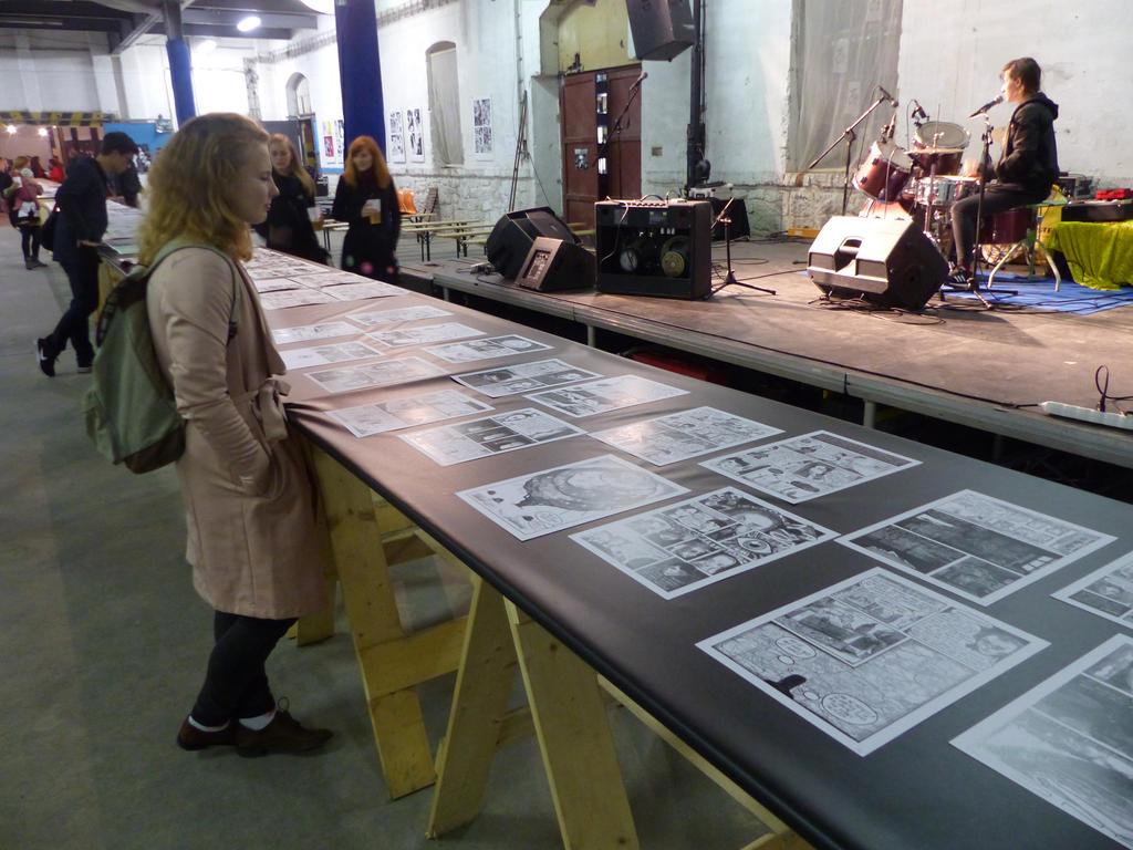 Středem podlouhlého skladu, ve kterém se celá akce odehrávala vedla linie podlouhlých stolů pokrytá komiksovými sériemi. Zde si mohli zájemci prohlédnout výtvory předních komixových autorů. Zde také probíhaly jednotlivé vernisáže