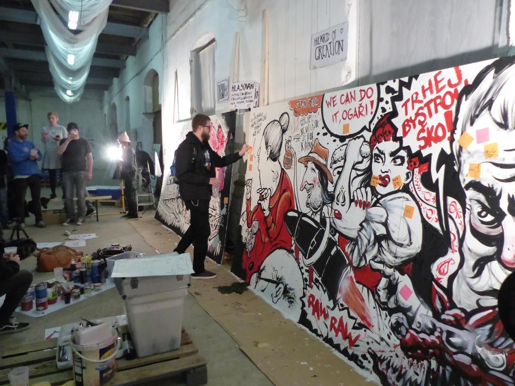 Hlavní událostí páteční části festivalu byla soutěž v malbě. Umělci zastupující Brno (Hearts of Creation) a Prahu (DRAWetc) předváděli improvizovanou malbu a na přihlížejících bylo pak zvolit vítěze. Celá bitva malířů trvala dvě hodiny.