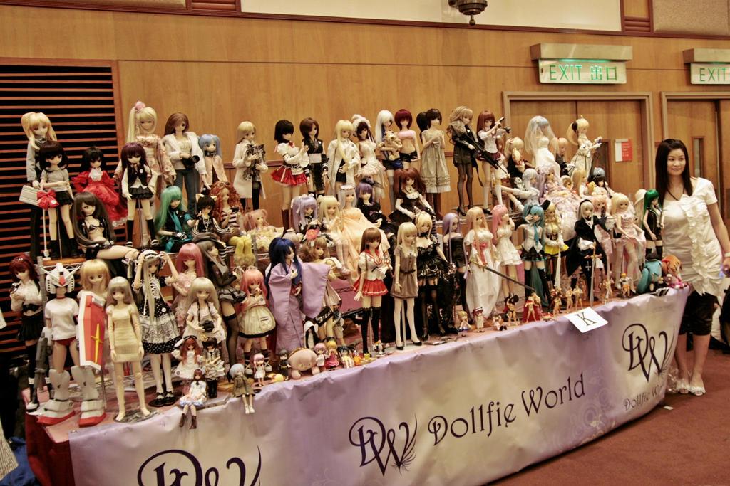 Its a Dollfie world by coffeebugg