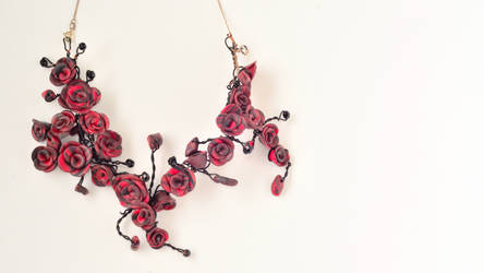 Wire rose necklace