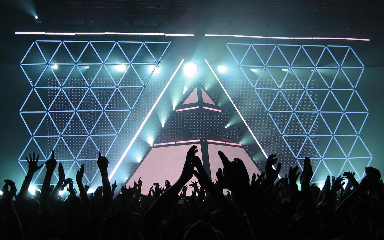 Daft Piramide of Light by HarryBana