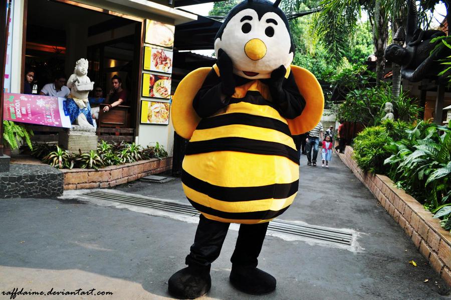 Bee by raffdaime