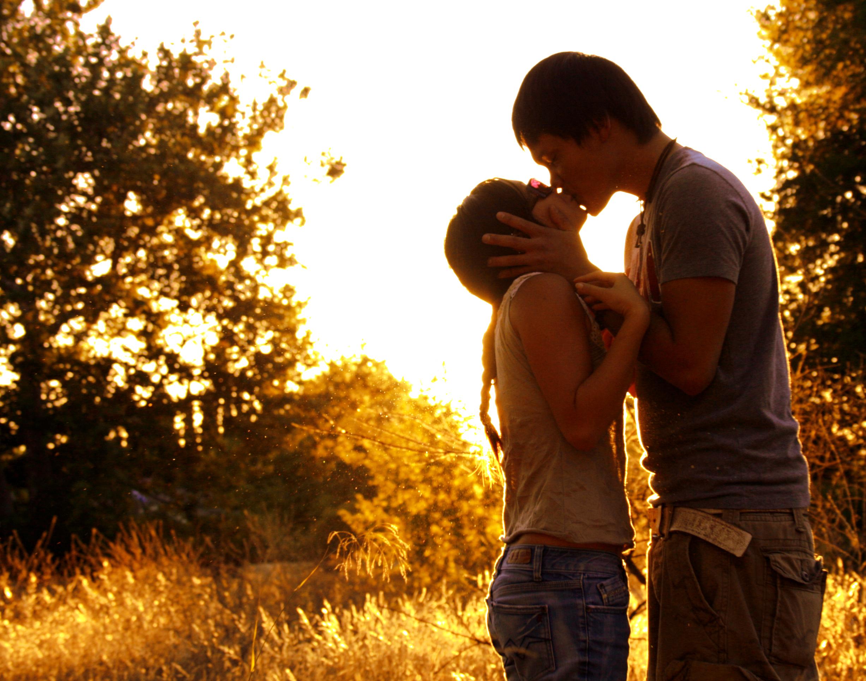 Фото брюнеток которые стоят на против парня чтобы поцеловать 4 фотография