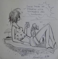 Luxie beve un estathe alla spiaggia di nudisti