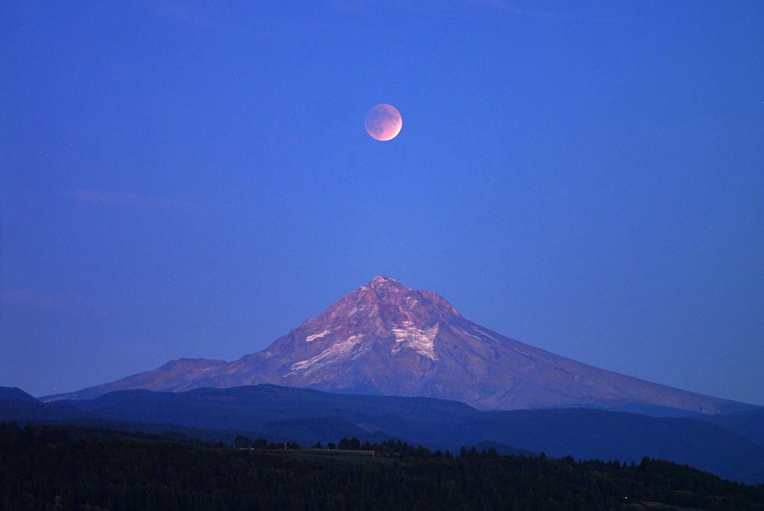 Mt. Hood Supermoon Eclipse by Alexbalix